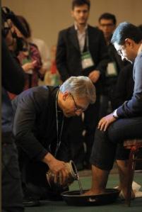 Olav F. Tveit, secrétaire général du COE lavant les pieds à un jeune steward